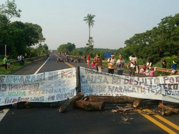 Índios bloqueiam BR-163, em Rio Brilhante (Foto: Divulgação/ PRF)