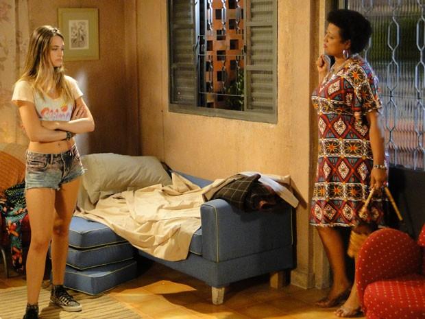 Fatinha arma e consegue dormir na casa de Rosa. Mas será que madrinha gostou? (Foto: Malhação / Tv Globo)