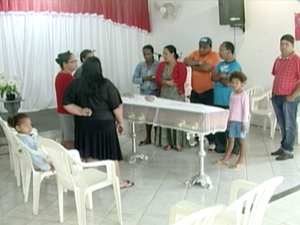 Velório de mulher que morreu por causa de cloro. (Foto: Reprodução / TV Gazeta)