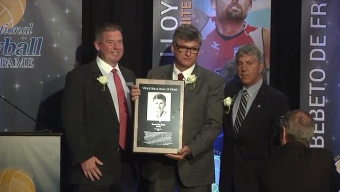 Renan Dal Zotto recebe a placa comemorativa do Hall da Fama do vôlei (Foto: Reprodução)