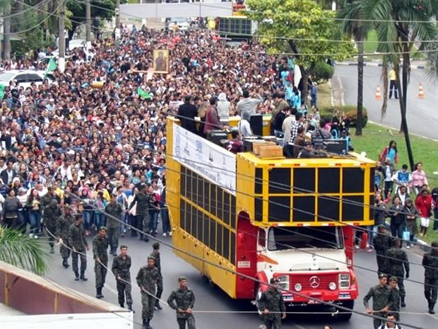 Passeata contou com participação de grupos religiosos de várias cidades de MT (Foto: Denise Soares / G1)
