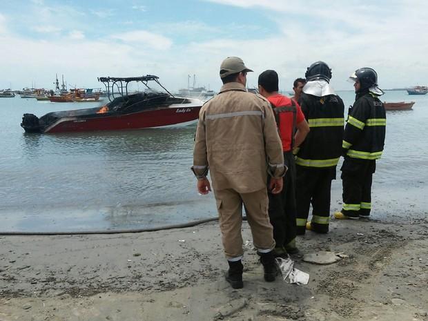 Lancha ancorada na área portuária de Maceió pega fogo (Foto: Lucas Leite/G1)