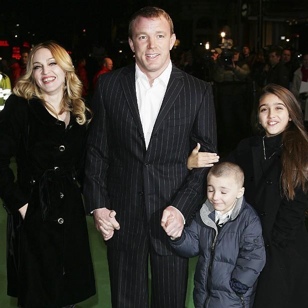 Madonna tem cinco irmãos e, hoje, é mãe de quatro crianças, incluindo Rocco e Lourdes, retratados nesta foto — do diretor Guy Ritchie a rainha do pop já se livrou há um bom tempo. (Foto: Getty Images)