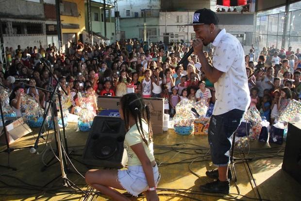 Nego do Borel canta para os fãs (Foto: Agnews)