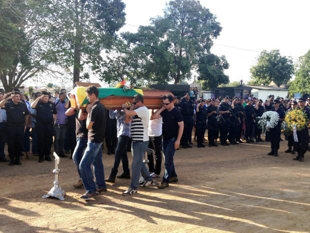 Policial morto em missão é enterrado com honras militares, em Ariquemes (Foto: Franciele do Vale/G1)
