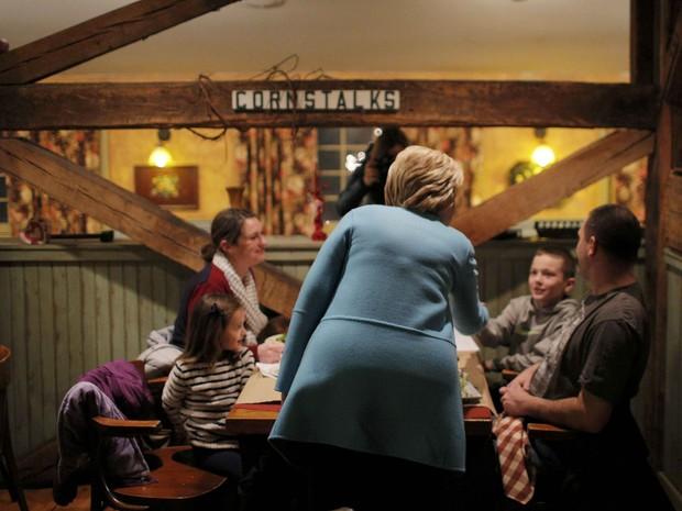 Hillary Clinton cumprimenta uma família em restaurante en Windham, New Hampshire, durante campanha nesta segunda (8) (Foto: Brian Snyder/Reuters)