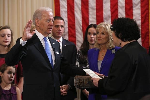 Cercado pela família, o vice-presidente dos EUA, Joe Biden, presta juramento neste domingo (20) em Washington para tomar posse de seu segundo mandato na Casa Branca; cercado pela família, Biden prestou juramento para a juíza da Suprema Corte Sonia Sotoma (Foto: AFP)