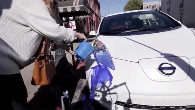 Vídeo: Nissan faz pegadinha para mostrar carro com tinta autolimpante