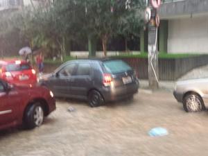 Alagamento nas ruas do Centro (Foto: Juliana Scarini/G1)