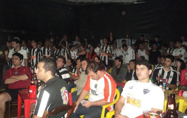 Torcedores acompanharam a emocionante partida sem tirar os olhos do telão. (Foto: Patrícia Belo /globoesporte.com)