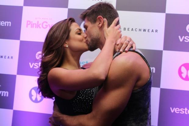 Ex-BBB Jonas e Mari Gonzalez trocam beijos nos bastidores (Foto: Renan Katayama / AgNews)