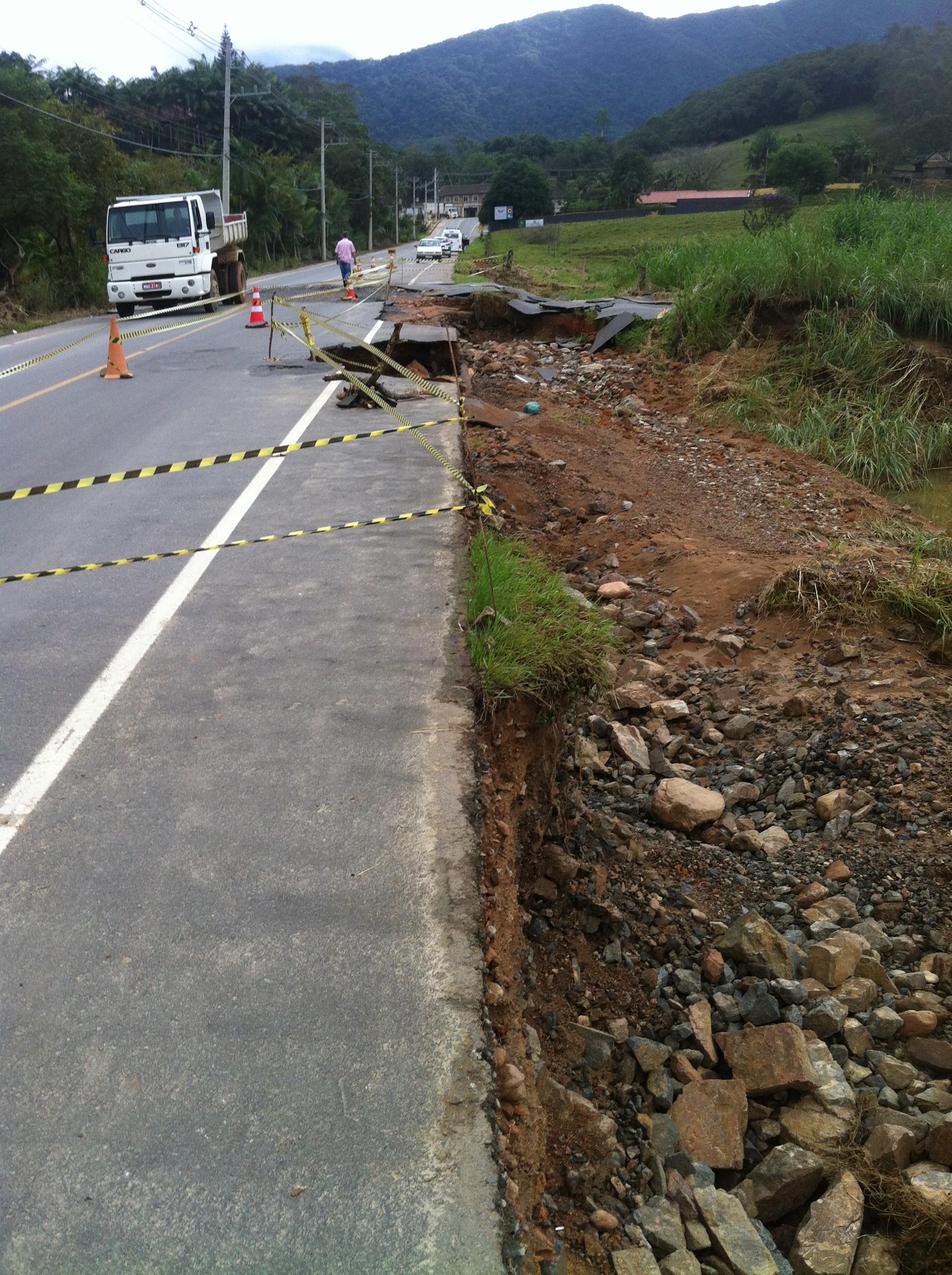 Asfalto cedeu em rodovia do Norte de SC (Foto: Cinthia Raasch/RBS TV)