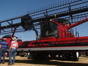 Quinta-feira (2) - Máquinas agrícolas são 'tietadas' pelo público visitante da feira (Foto: Adriano Oliveira/G1)