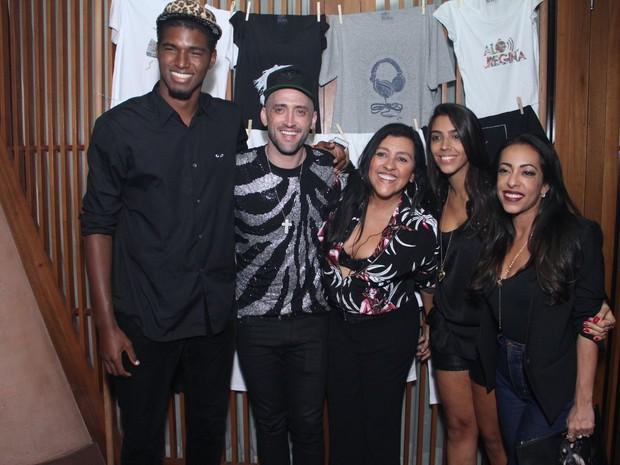 João Pedro Januário, Paulo Gustavo, Regina Casé, Benedita e Samantha Schmütz em festa no Rio (Foto: Thyago Andrade/ Foto Rio News)