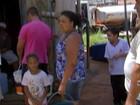 Moradores de condomínio fazem fila para pegar água em reservatório