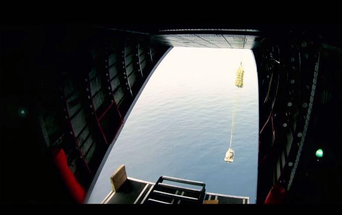 """Jet-ski foi jogado de paraquedas durante operação """"Deep Blue"""" (Foto: Reprodução/Youtube)"""