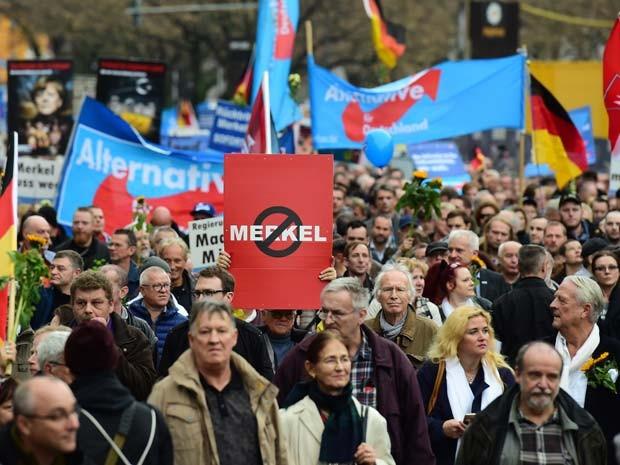 Manifestação antirefugiados reune 5 mil pessoas em Berlim neste sábado (7) (Foto: AFP PHOTO / JOHN MACDOUGALL)