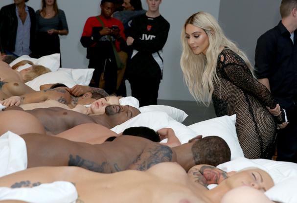 Kim Kardashian na exposição do clipe, em LA (Foto:  Rachel Murray/Getty Images )