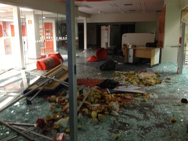 Agência bancária quebrada na Avenida Paulista  (Foto: Fabiana de Carvalho )