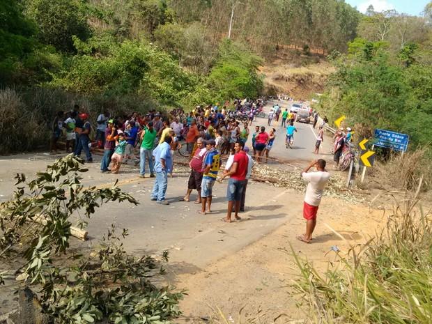 Cerca de 300 manifestantes fecharam a rodovia que da acesso ao distrito  (Foto: Marly Almeida / Vc no G1)