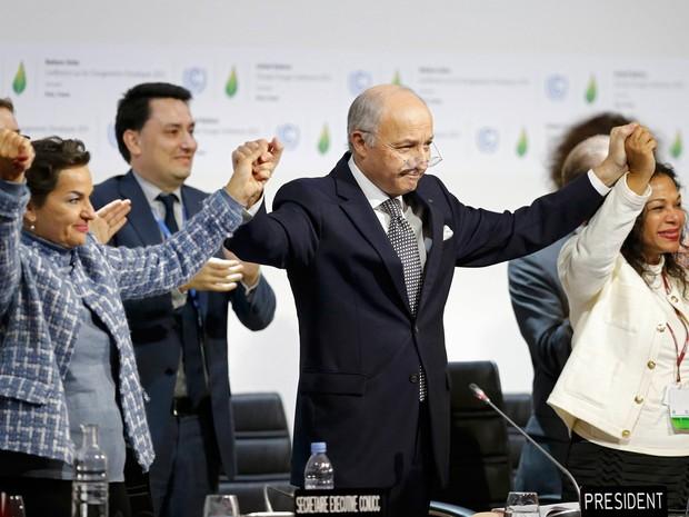 Laurent Fabius (centro), presidente da COP 21, comemora a aprovação do acordo do clima neste sábado  (Foto: Reuters/Stephane Mahe)