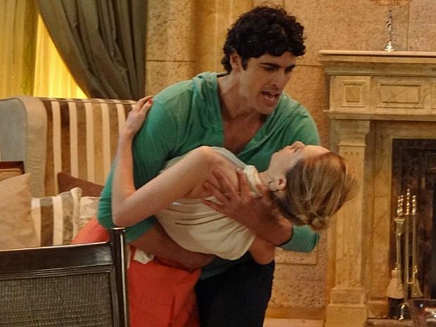 Juliana fica entregue nos braços de Nando (Foto: Guerra dos Sexos / TV Globo)