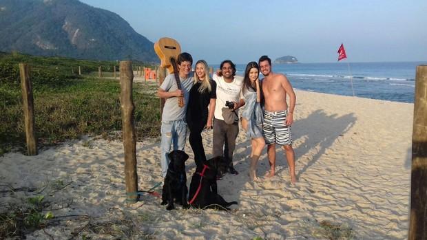 Felipe Dylon com a equipe do clipe (Foto: Divulgação)