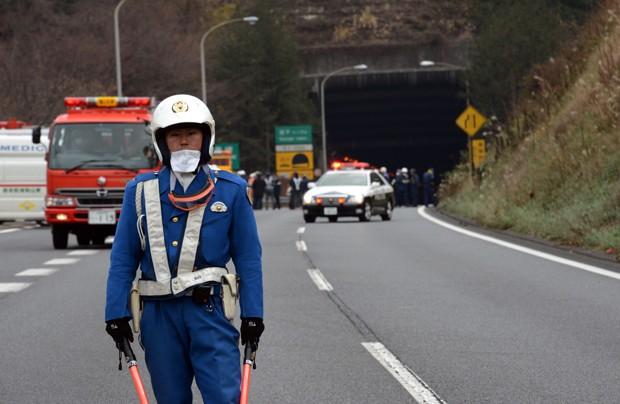 Resgate se concentra na entrada do túnel de Sasago neste domingo (2) (Foto: AFP)