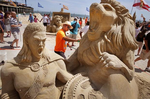 Indiano Sudarsan Pattnaik faz os últimos ajustes em sua escultura (Foto: Ben Fogletto/The Press of Atlantic City/AP)