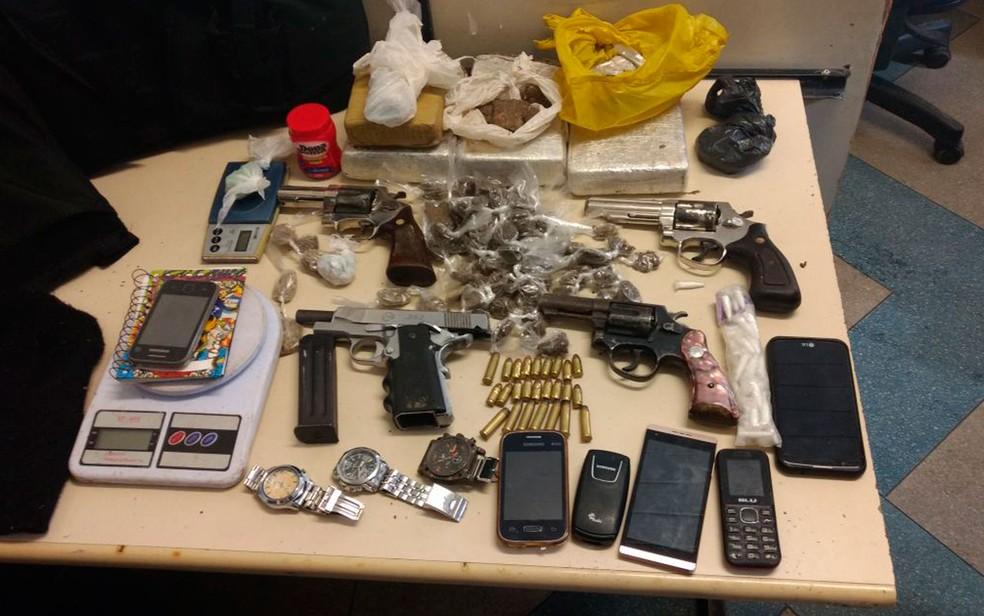 Armas, drogas e caderno com anotações do tráfico de drogas foram encontrados com os suspeitos (Foto: Divulgação/SSP)