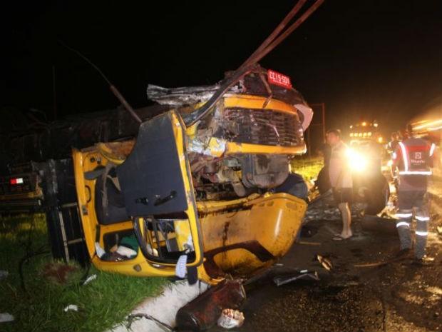 De acordo com o hospital, o motorista do caminhão passa bem (Foto: Divulgação/PRF)