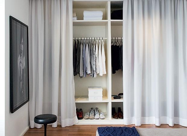 Se você gostaria de ter um closet, mas só tem lugar para armário, essa pode ser uma solução. Foram feitas divisórias como a de um closet, sem portas. Mas para não deixar a bagunça exposta no quarto, foram colocadas cortinas da Luri Decorações (Foto: Marco Antonio/Casa e Jardim)