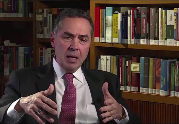 O ministro do STF Luis Roberto Barroso em entrevista ao jornalista Roberto D'Ávila (Foto: Reprodução/GloboNews)