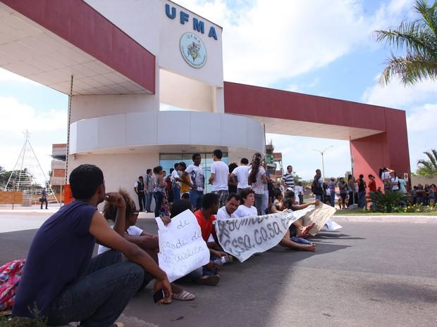 Pela manhã, estudantes interditaram entrada principal da UFMA (Foto: Biné Morais/O Estado)