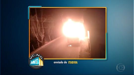 Micro-ônibus pega fogo em Itabira e fica destruído; veja vídeo