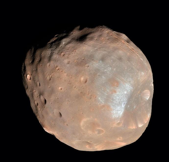 """A maior das duas luas de Marte, Fobos foi descoberta em 1877, e seu nome significa """"medo"""" em grego (Foto: Nasa)"""