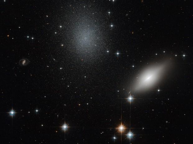 Hubble mostra imagem de duas galáxias que aparentam estar a mesma distância da Terra (Foto: ESA/Nasa)