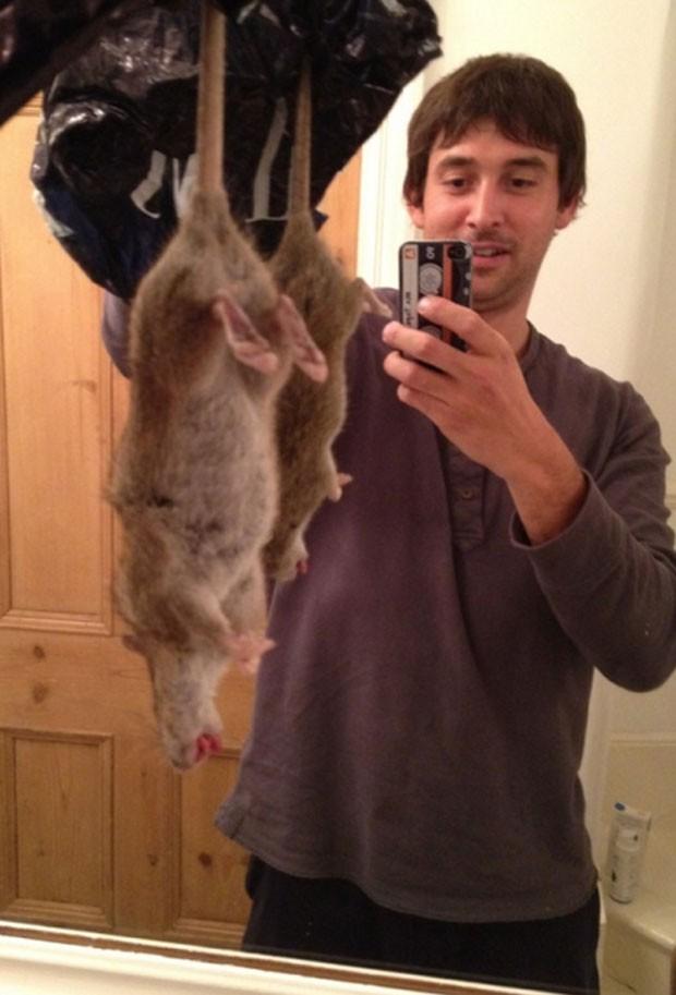 Adrian Whitaker postou foto após matar 'rato mutante' encontrado em sua cozinha em Londres, na Inglaterra (Foto: Reprodução/Facebook/Ham&High)