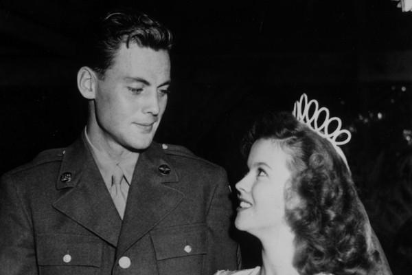 A estrela mirim Shirley Temple não foi precoce só no seu sucesso. Aos 17 anos a atriz se casou com John Agar, sendo que o conhecia desde os 15. Eles tiveram uma filha e se divorciaram quatro anos depois (Foto: Getty Images)
