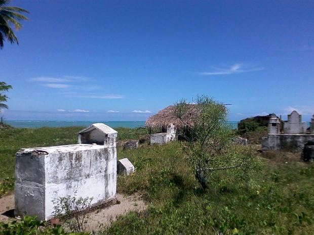 Sepultura resiste ao tempo no cemitério localizado à beira mar da praia de Japaratinga (Foto: Waldson Costa/G1)