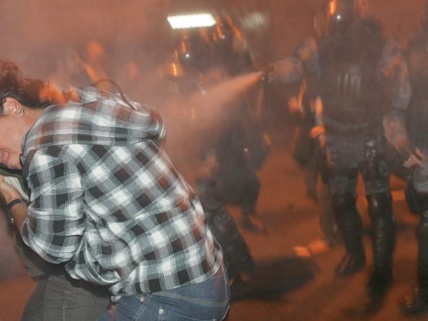 Policiais usaram spray de pimenta contra manifestantes (Foto: Paulo Araújo / Agência O Dia / Estadão Conteúdo)