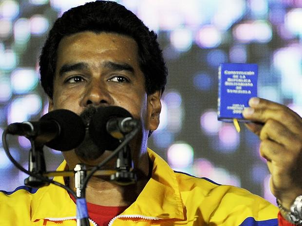 Nicolás Maduro exibe um pequeno exemplar da Constituição da Venezuela em seu discurso de vitória (Foto: Juan Barreto/AFP)