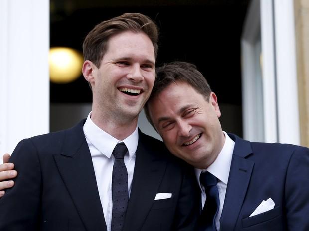 O primeiro-ministro de Luxemburgo, Xavier Bettel (dir.), posa ao lado do seu parceiro, o belga Gauthier Destenay (esq.), após cerimônia de casamento no salão de cidade de Luxemburgo. (Foto: Francois Lenoir/Reuters)