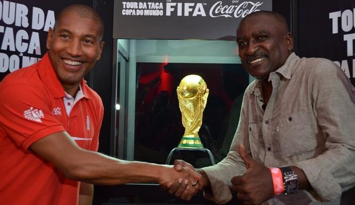 Mauro Silva e Josimar com a Taça da Copa do Mundo 2014 (Foto: Herianne Cantanhede/GloboEsporte.com/RR)