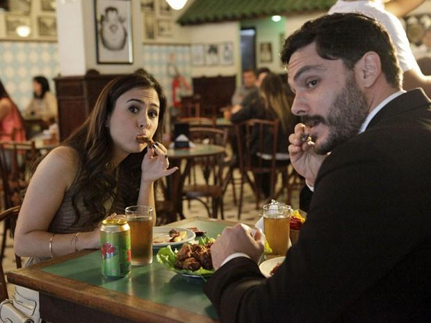 Tatá e Kiko encaram mais um almoço de boteco de seus personagens (Foto: Amor à Vida/TV Globo)