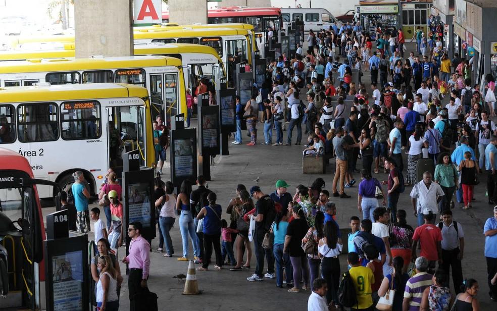 Passageiros na plataforma inferior da rodoviária do Plano Piloto, em Brasília (Foto: Gabriel Jabur/GDF/Divulgação)