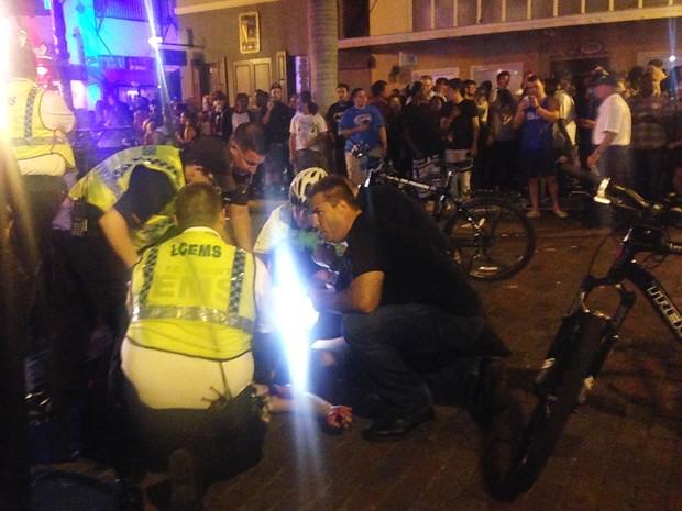 Policiais e funcionários do serviço de emergência socorrem vítima de tiroteio em evento na Flórida (Foto: ASSOCIATED PRESSAP)