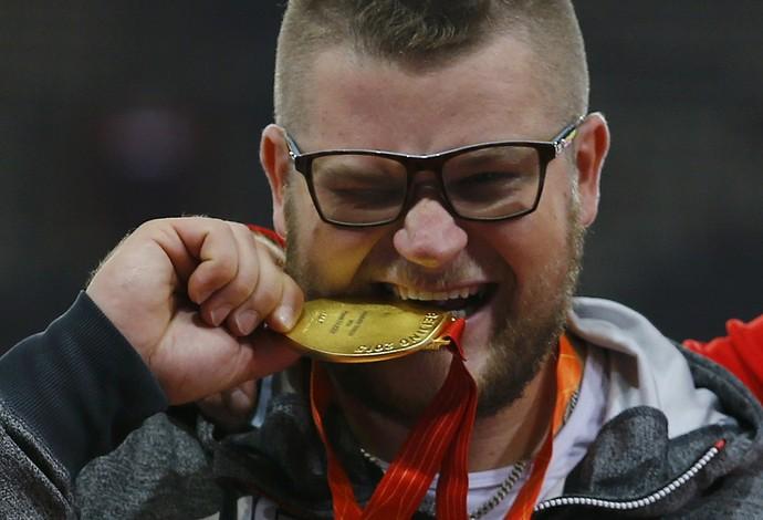 Paweł Fajdek posa com sua medalha de ouro  (Foto: Reuters)