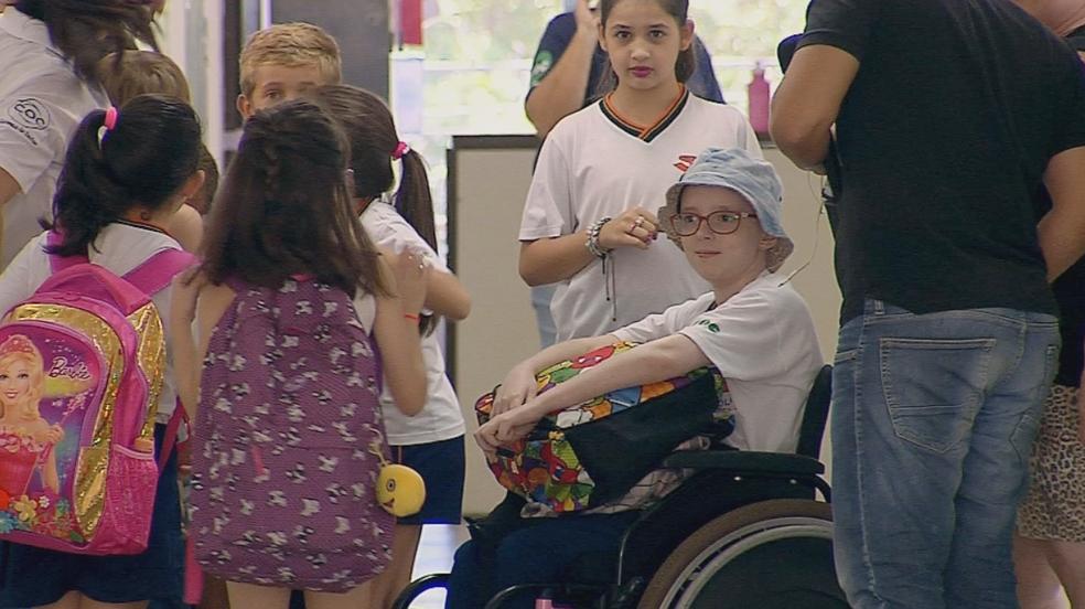 Lorena voltou a rotina após se curar do câncer (Foto: Reprodução/TV TEM)