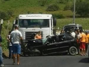 Veículo particular invadiu a contra mão e se chocou de frente a um caminhão (Foto: Cortesia/Henrique Medeiros)